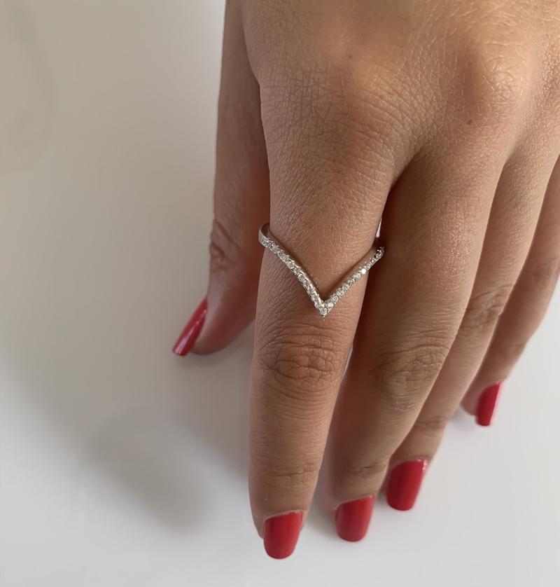 טבעת כסף וי משובץ